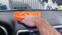 Membersihkan Dashboard Mobil