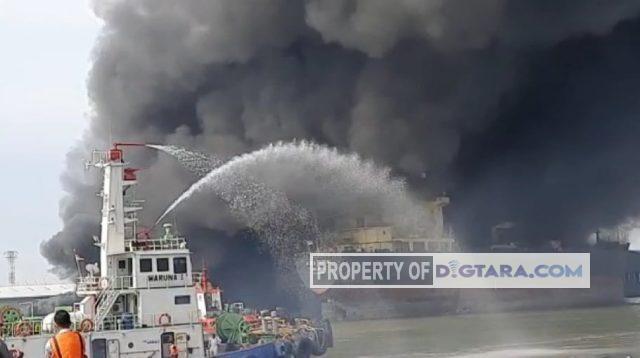 Kapal Tanker Docking di Belawan Terbakar