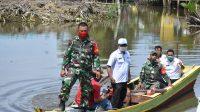 Naik Sampan, Babinsa Koramil 12/HP Antarkan Paket Sembako Kodam I/BB ke Warga Terdampak Covid-19