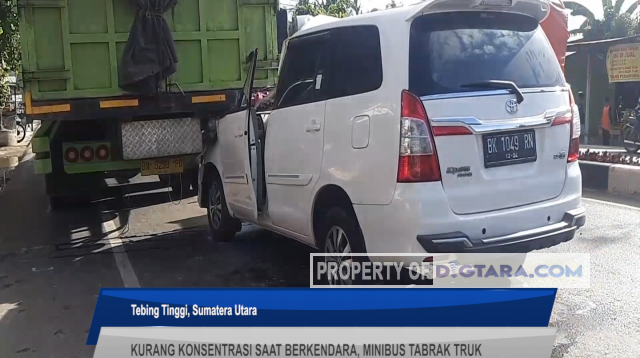 Minibus Tabrak Truk