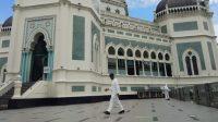 Personel Brimob Semprot Disinfektan ke Masjid di Medan Jelang Salat Id