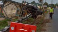 Mengantuk, Fuso Hino Oleng Tabrak Pembatas Jalan Hingga Terbalik