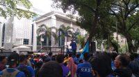 Tolak Omnibus Law, Ratusan Buruh Serbu Gedung DPRD Sumut