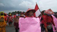 Tolak RUU Omnibus Law, Ratusan Pengunjuk Rasa Blokir Jalan Layang Amplas