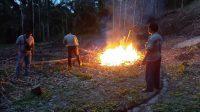 Cegah Karhutla, Polsek Tiga Juhar Padamkan Titik Api